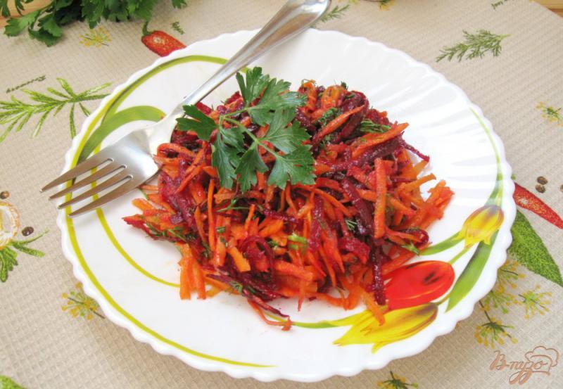 Фото приготовление рецепта: Салат из сырой свеклы с морковью и чесноком шаг №6