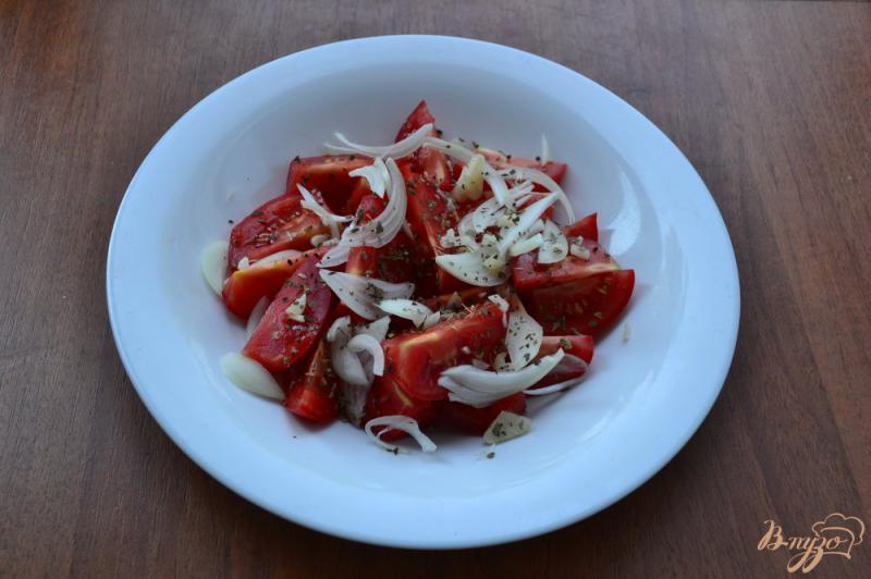 Фото приготовление рецепта: Помидоры с луком, базиликом и медом шаг №5