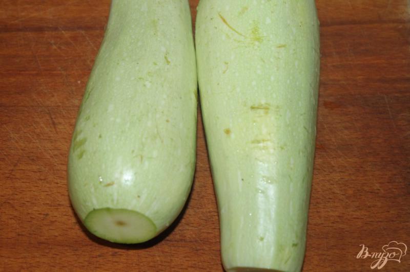 Фото приготовление рецепта: Жареные кабачки по - домашнему с помидорами и чесночным соусом шаг №1