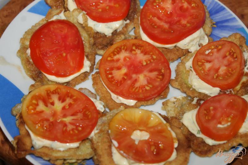 Фото приготовление рецепта: Жареные кабачки по - домашнему с помидорами и чесночным соусом шаг №9