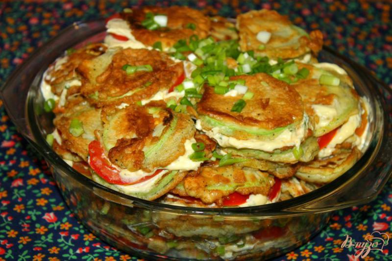 Фото приготовление рецепта: Жареные кабачки по - домашнему с помидорами и чесночным соусом шаг №12