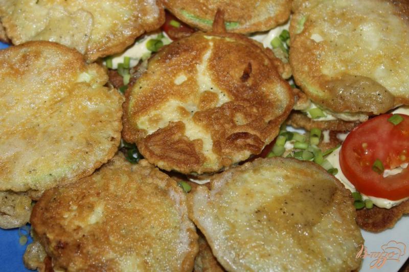 Фото приготовление рецепта: Жареные кабачки по - домашнему с помидорами и чесночным соусом шаг №11