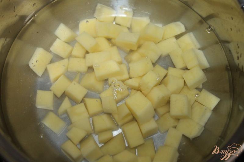 Фото приготовление рецепта: Суп с домашней колбасой и вермишелью шаг №2