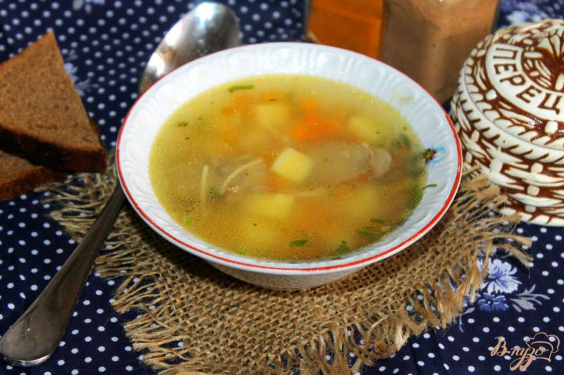Фото приготовление рецепта: Суп с домашней колбасой и вермишелью шаг №8