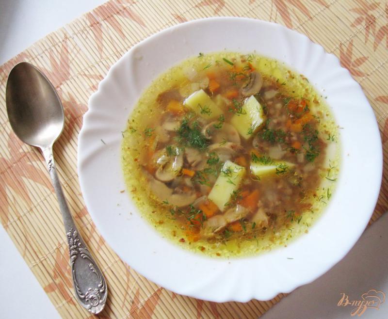 Фото приготовление рецепта: Гречневый суп с шампиньонами шаг №6