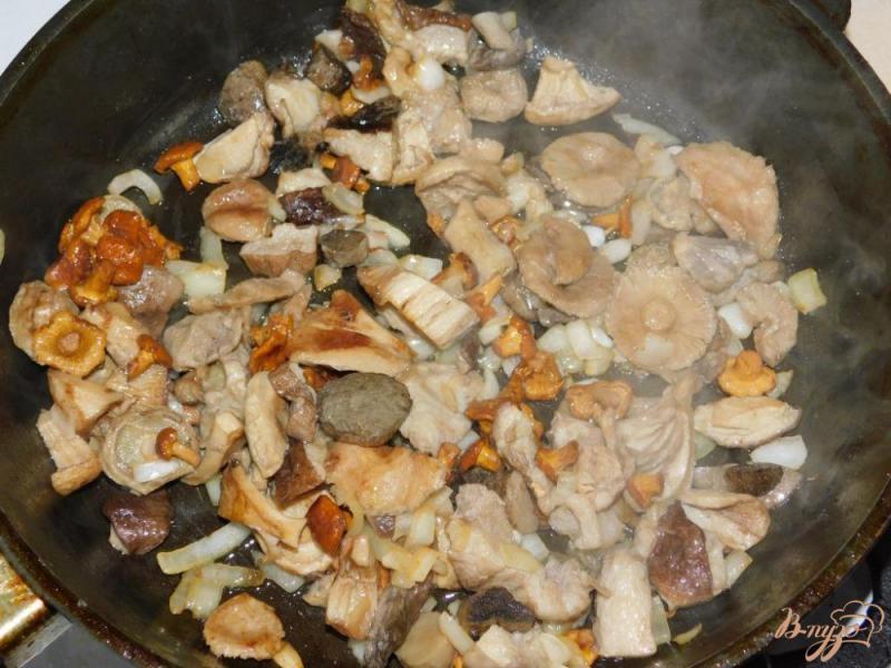 Фото приготовление рецепта: Мясо с овощами и грибами в горшочках шаг №4
