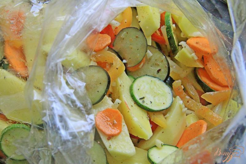 Фото приготовление рецепта: Ребрышки с овощами в рукаве шаг №9