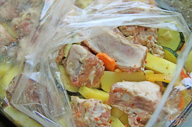 Фото приготовление рецепта: Ребрышки с овощами в рукаве шаг №10