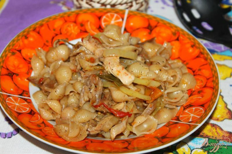 Фото приготовление рецепта: Тушеные макаронные ракушки с мясом и овощами шаг №7