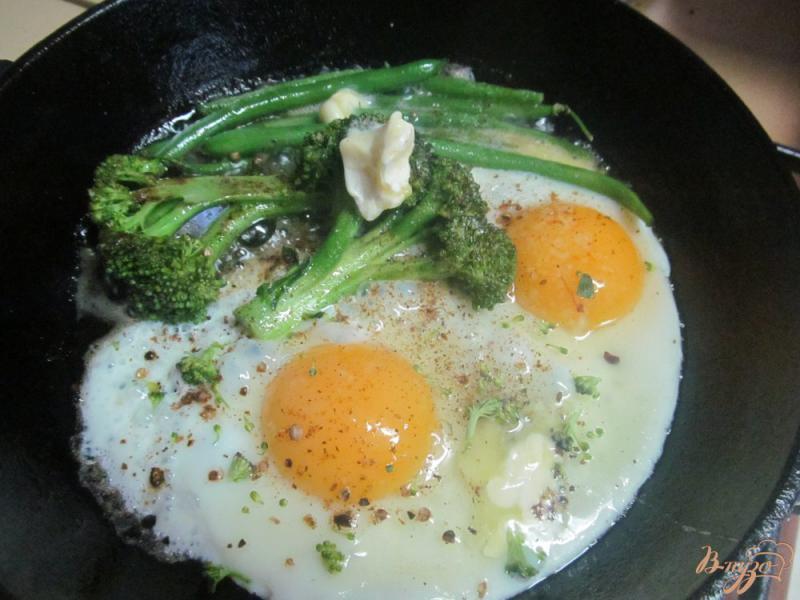Фото приготовление рецепта: Жареные брокколи с фасолью и яйцом шаг №3