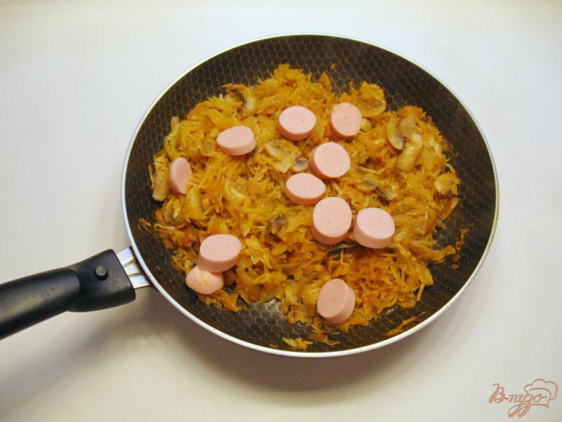Фото приготовление рецепта: Грибная солянка с капустой и сосисками шаг №5
