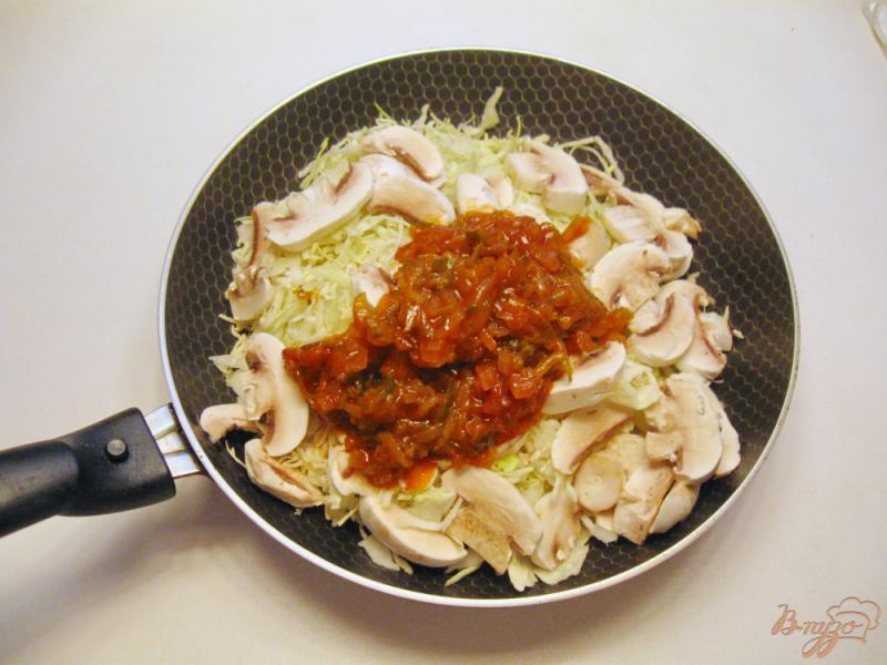 Фото приготовление рецепта: Грибная солянка с капустой и сосисками шаг №4