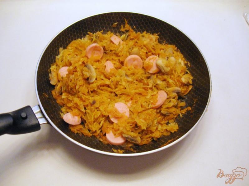 Фото приготовление рецепта: Грибная солянка с капустой и сосисками шаг №6