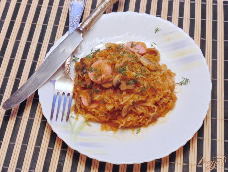 Фото приготовление рецепта: Грибная солянка с капустой и сосисками шаг №7