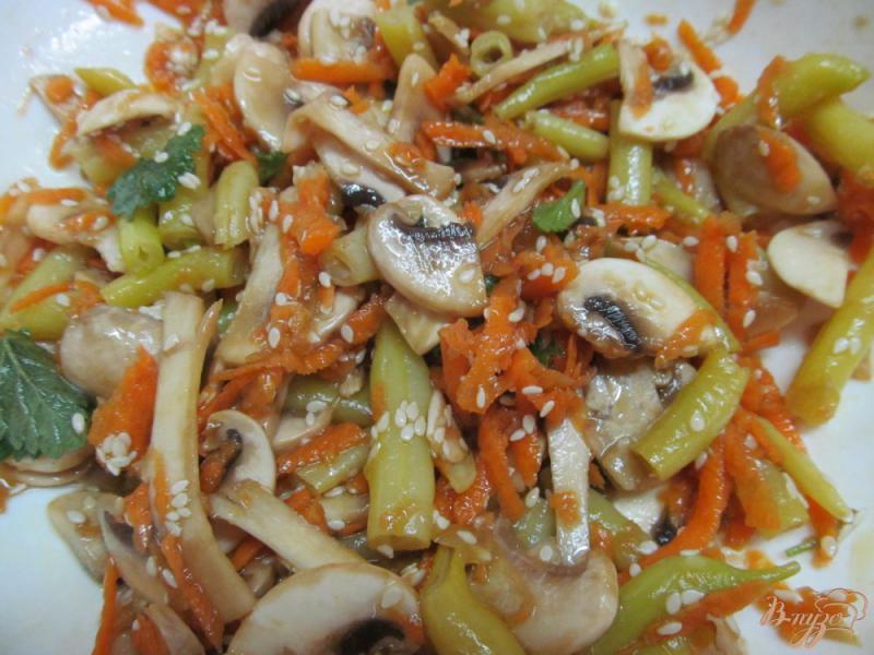 Фото приготовление рецепта: Морковный салат с грибами и фасолью шаг №4