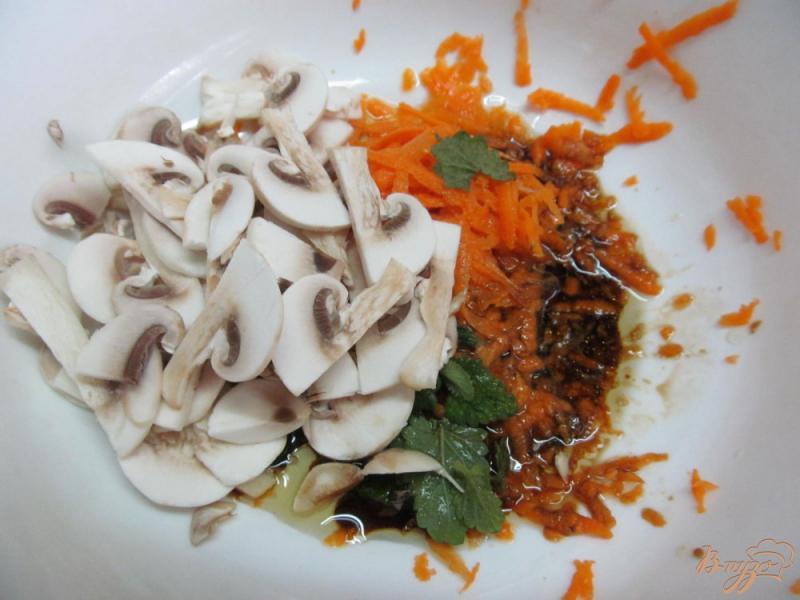 Фото приготовление рецепта: Морковный салат с грибами и фасолью шаг №2