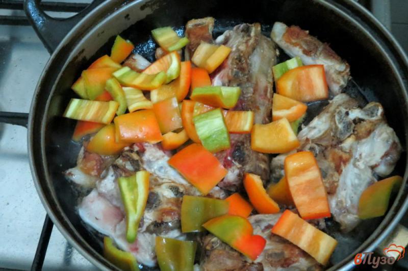 Фото приготовление рецепта: Свиные рёбра с овощами (на сковороде) шаг №5