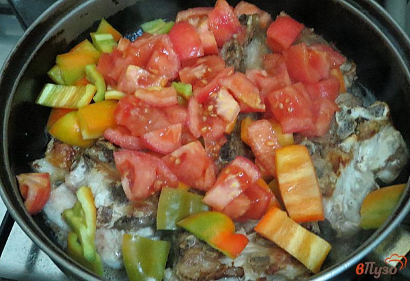 Фото приготовление рецепта: Свиные рёбра с овощами (на сковороде) шаг №9