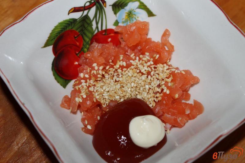 Фото приготовление рецепта: Гункан - суши с лососем и кунжутом шаг №4