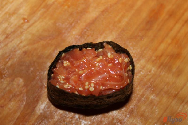 Фото приготовление рецепта: Гункан - суши с лососем и кунжутом шаг №5