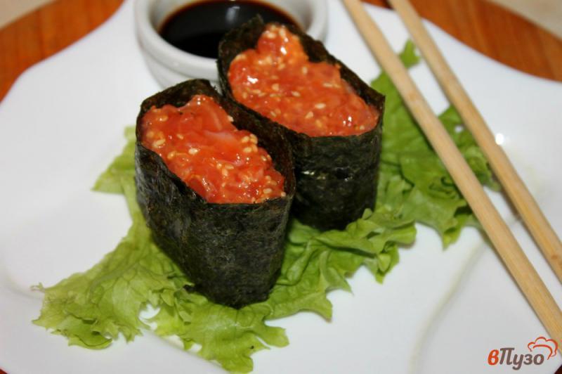 Фото приготовление рецепта: Гункан - суши с лососем и кунжутом шаг №6