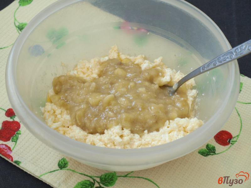 Фото приготовление рецепта: Творожно-банановые оладьи шаг №3
