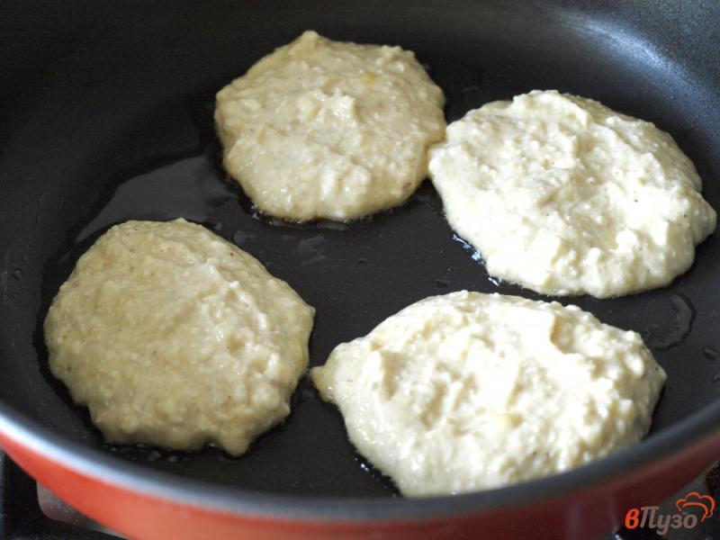 Фото приготовление рецепта: Творожно-банановые оладьи шаг №6