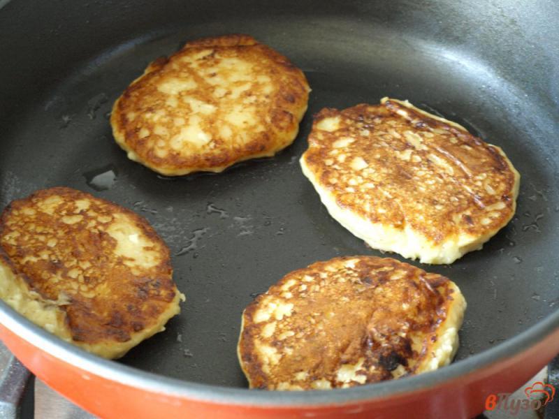 Фото приготовление рецепта: Творожно-банановые оладьи шаг №7