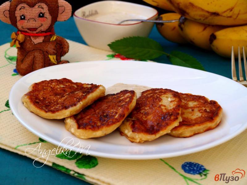 Фото приготовление рецепта: Творожно-банановые оладьи шаг №8