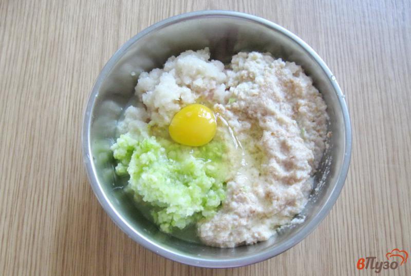 Фото приготовление рецепта: Куриные котлеты с кабачками на пару шаг №3