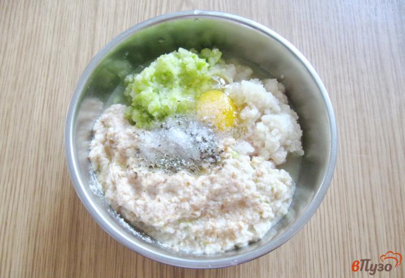 Фото приготовление рецепта: Куриные котлеты с кабачками на пару шаг №4
