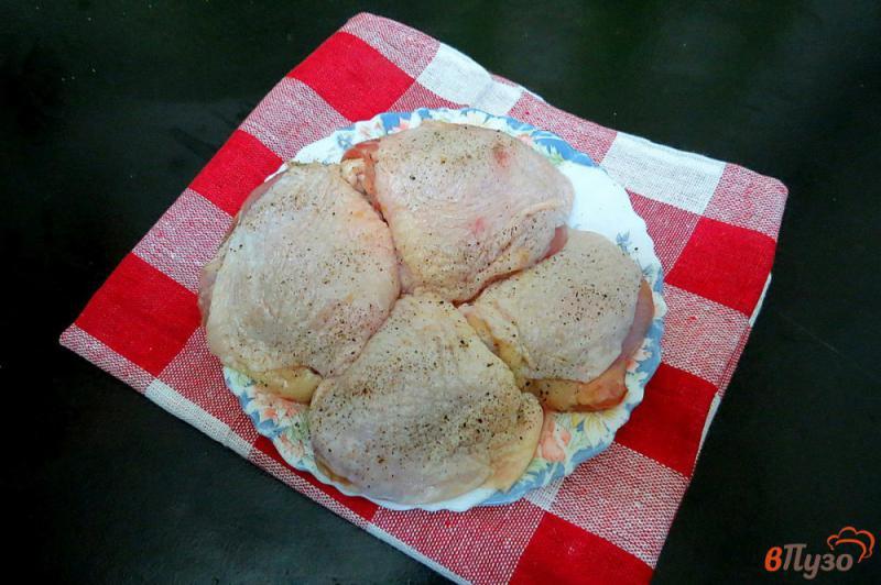 Фото приготовление рецепта: Куриные бёдра маринованные и запеченные с картофелем шаг №3