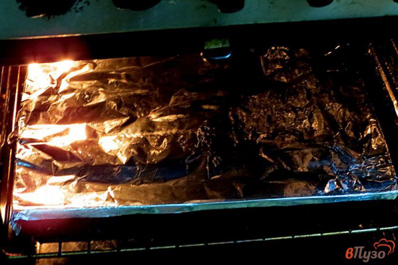 Фото приготовление рецепта: Куриные бёдра маринованные и запеченные с картофелем шаг №9