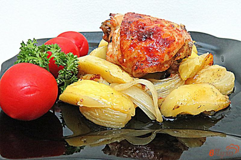Фото приготовление рецепта: Куриные бёдра маринованные и запеченные с картофелем шаг №10