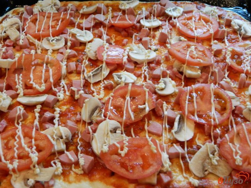 Сметанная пицца с луком, колбасой, соусом и сыром - рецепт пошаговый с фото