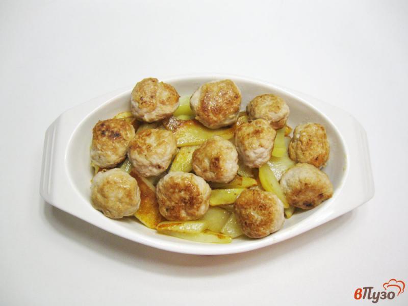 Фото приготовление рецепта: Фрикадельки с картофелем в духовке шаг №7