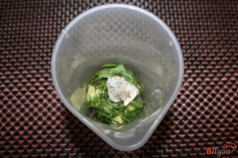 Фото приготовление рецепта: Паста из авокадо с рукколой и крем - сыром шаг №3