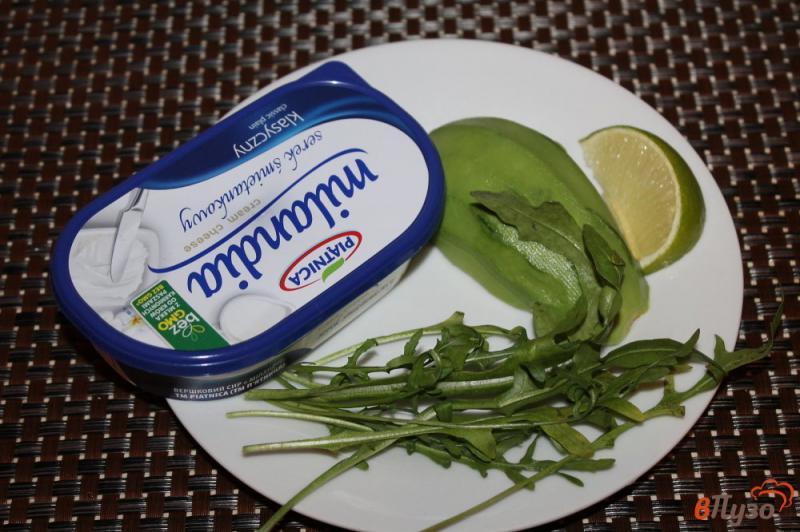 Фото приготовление рецепта: Паста из авокадо с рукколой и крем - сыром шаг №1