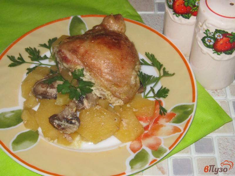 Фото приготовление рецепта: Куриные бедра запеченные с картофелем и грибами шаг №6