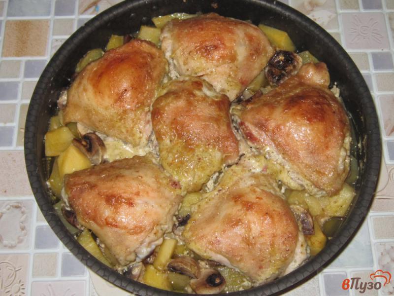 Фото приготовление рецепта: Куриные бедра запеченные с картофелем и грибами шаг №5