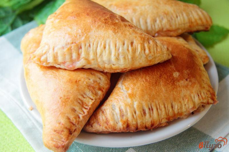 Фото приготовление рецепта: Слойки с колбасой и сыром шаг №8