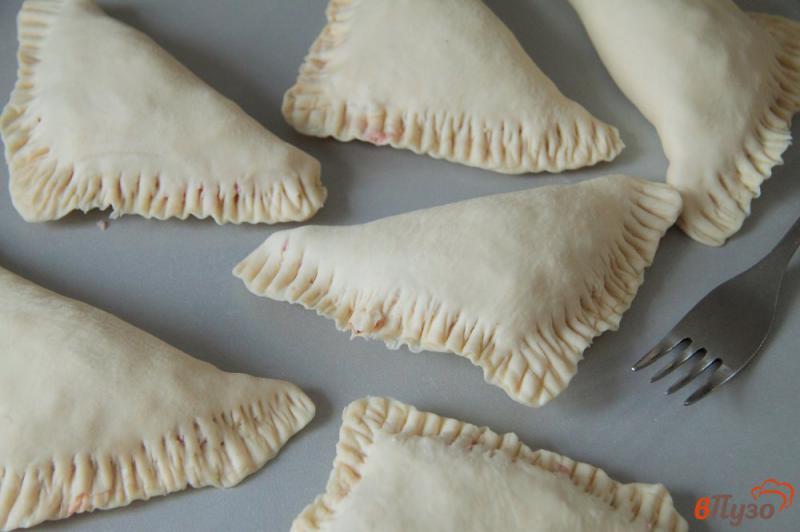 Фото приготовление рецепта: Слойки с колбасой и сыром шаг №6