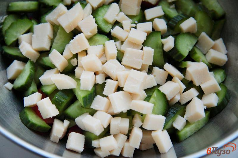 Фото приготовление рецепта: Салат из помидоров и огурцов с ветчиной и сыром шаг №3