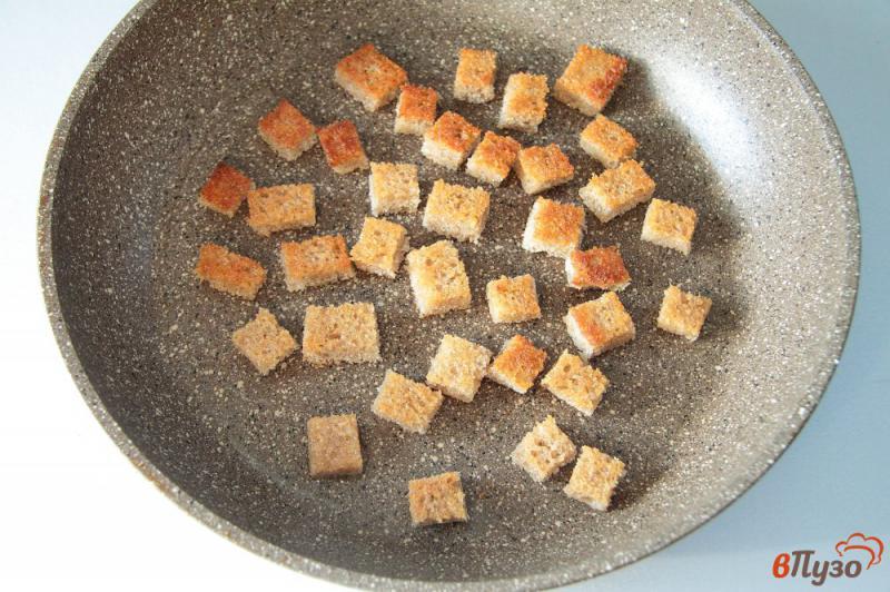 Фото приготовление рецепта: Яичница с колбасой и хлебом шаг №2