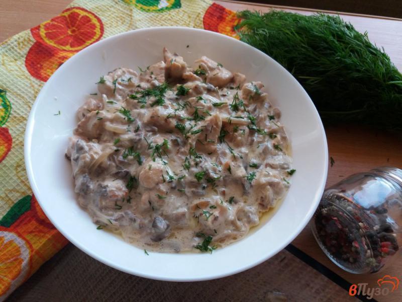Фото приготовление рецепта: Куриное филе с грибами в сметанном соусе шаг №7