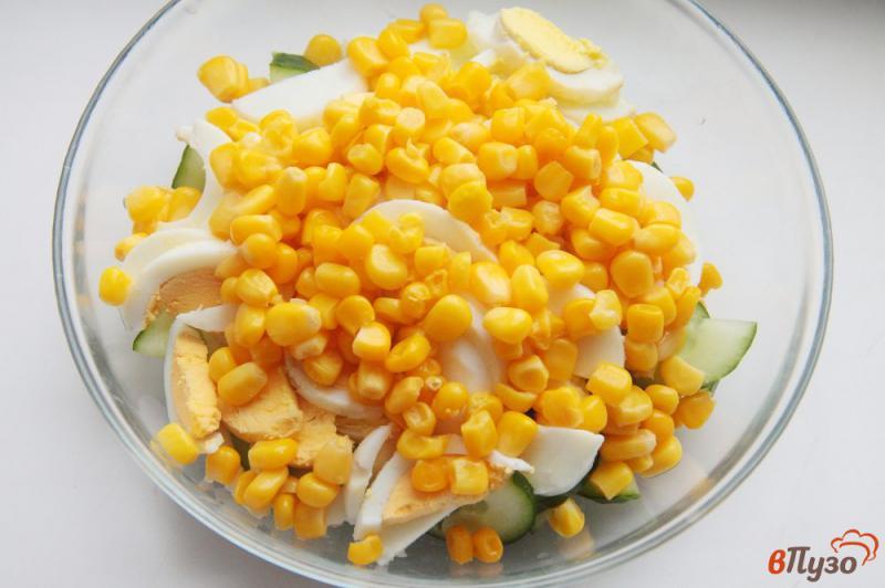 Фото приготовление рецепта: Салат с кукурузой, огурцом и яйцами шаг №3