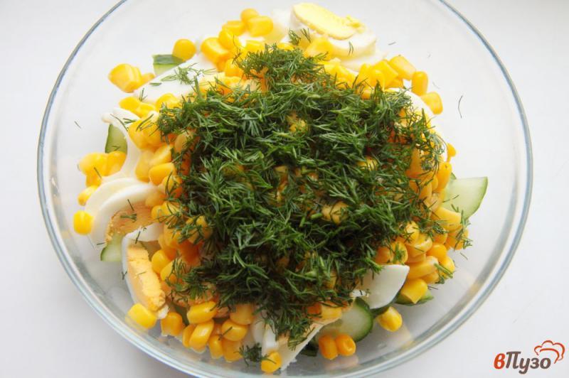 Фото приготовление рецепта: Салат с кукурузой, огурцом и яйцами шаг №4