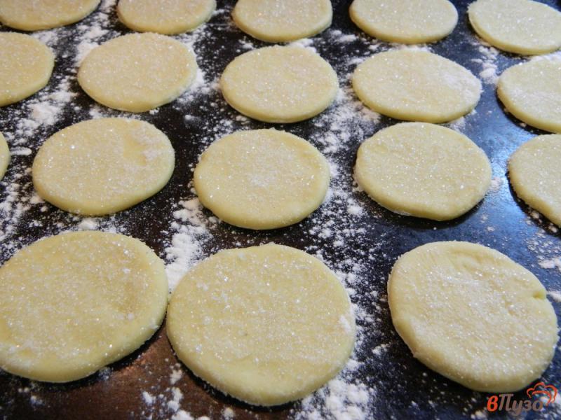 Фото приготовление рецепта: Печенье сахарное на сметане шаг №5