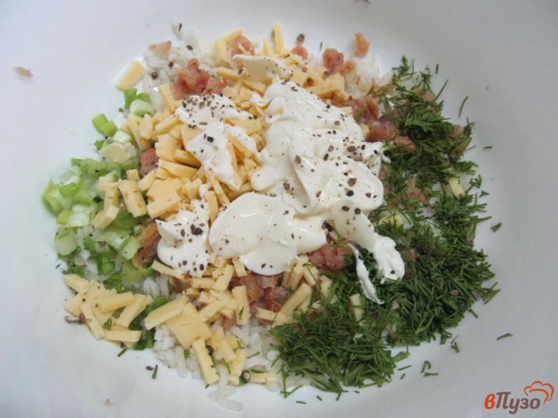 Фото приготовление рецепта: Салат из риса с горбушей шаг №4