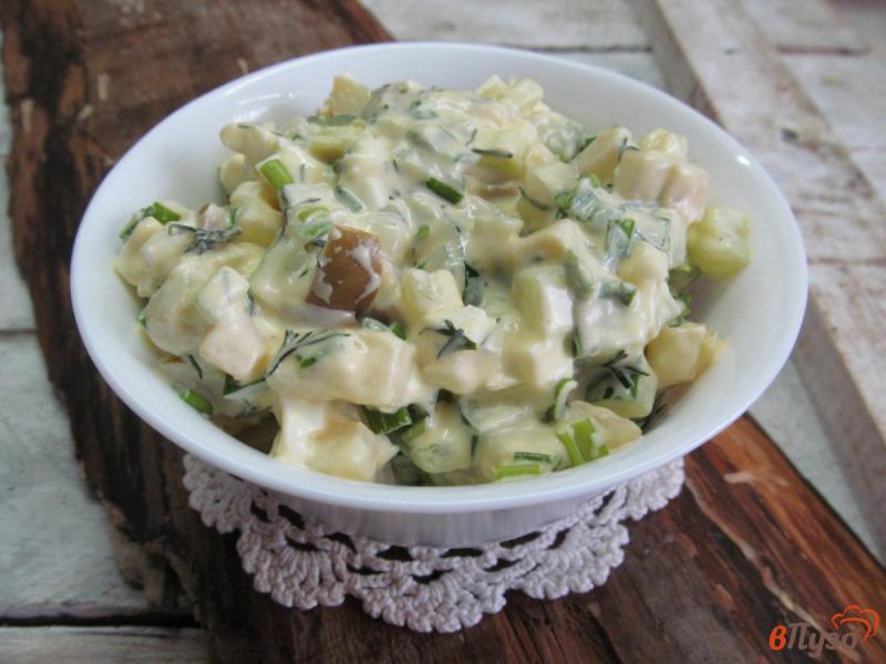 Фото приготовление рецепта: Салат «минутка» из картофеля с огурцом и оливками шаг №4